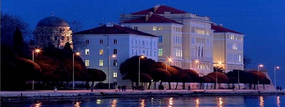 Zgrada sveučilišta u noći